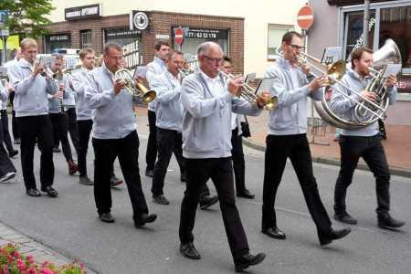 Auftritt der Haster Dorfmusik beim Schützenfest Rodenberg 2019